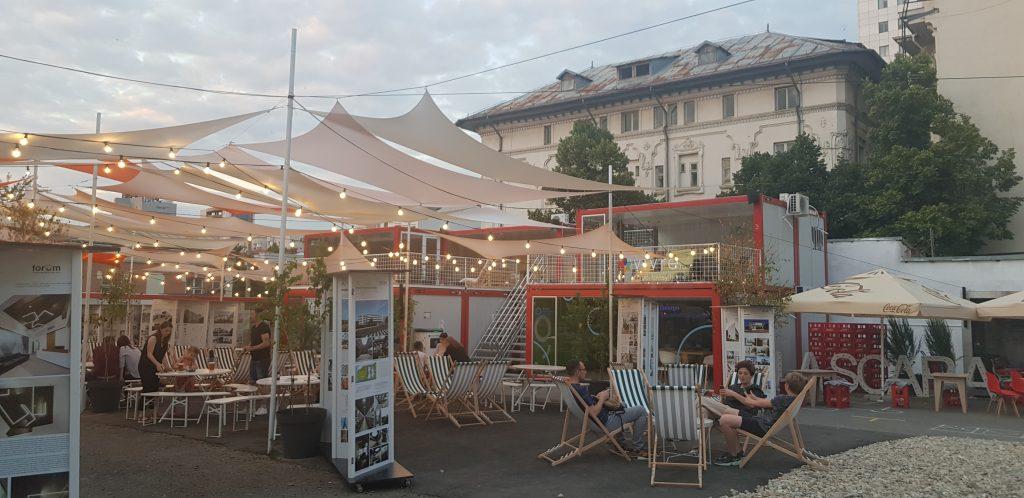 Termelői piac és közösségi tér konténerekből  Bukarest belvárosában